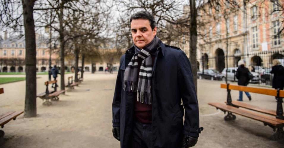 """Cássio Gabus Mendes grava cenas de """"Babilônia"""" em Paris. O ator interpreta Evandro, dono de uma importante construtora, que será conquistado por Beatriz, personagem de Glória Pires"""