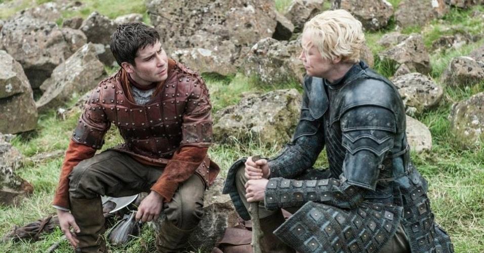 """Daniel Portman como Podrick Payne e Gwendoline Christie como Brienne de Tarth em cena da 5ª de """"Game of Thrones"""", que estreia dia 12 de abril"""
