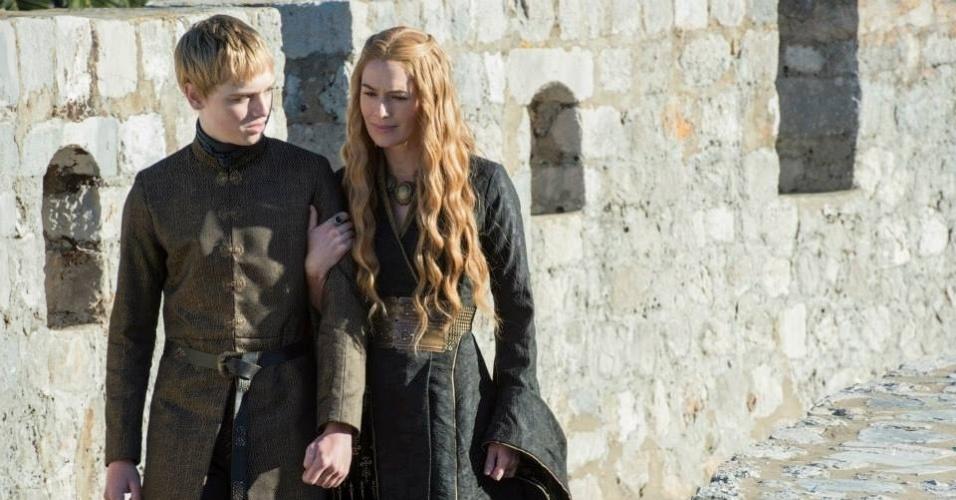 """Dean-Charles Chapman como Tommen Baratheon e Lena Headey como Cersei Lannister em cena da 5ª de """"Game of Thrones"""", que estreia dia 12 de abril"""