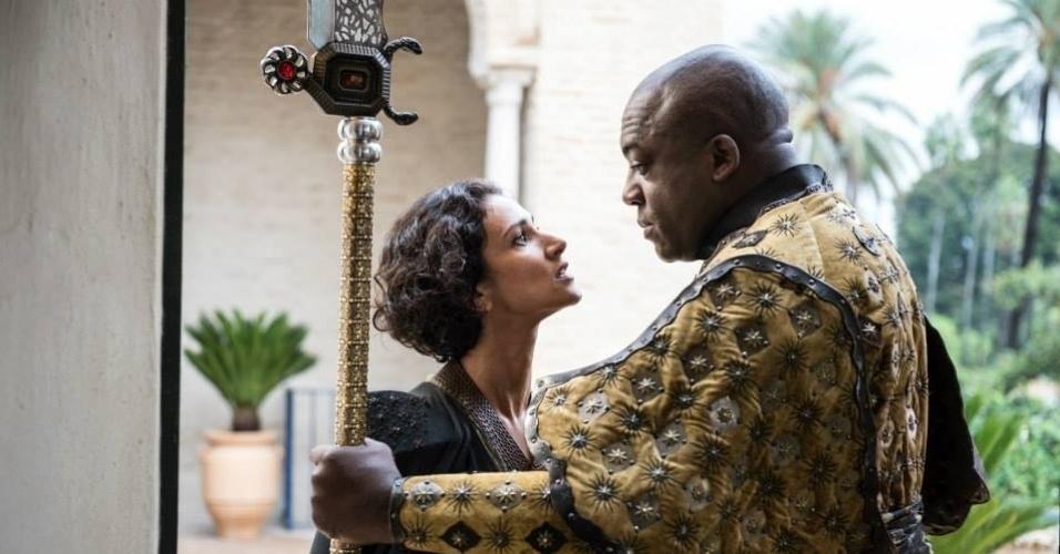 """Indira Varma como Ellaria Sand e Deobia Opaeri como Areo Hotah, o capitão da guarda de Dorne, em cena da 5ª de """"Game of Thrones"""", que estreia dia 12 de abril"""