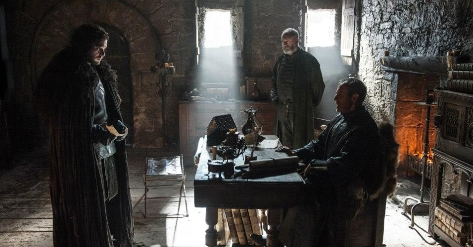 "Kit Harington como Jon Snow, Stephen Dillane como Stannis Baratheon e Liam Cunningham como Davos Seaworth  em cena da 5ª de ""Game of Thrones"", que estreia dia 12 de abril"