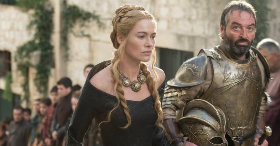 """Lena Headey como Cersei Lannister e Ian Beattie como Meryn Trant em cena da 5ª de """"Game of Thrones"""", que estreia dia 12 de abril"""