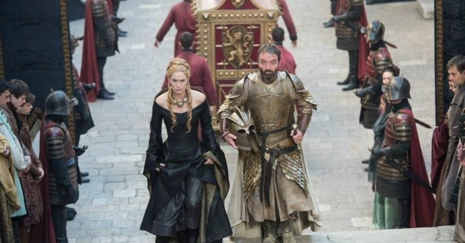 """Lena Headey como Cersei Lannister e Ian Beattie como Meryn Trant em cena da 5ª temporada de """"Game of Thrones"""", que estreia dia 12 de abril"""