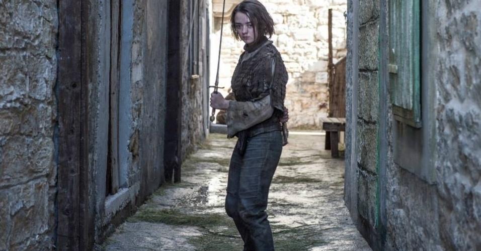 """Maisie Williams como Arya Stark aparece treinando em uma das cenas da 5ª de """"Game of Thrones"""", que estreia dia 12 de abril"""
