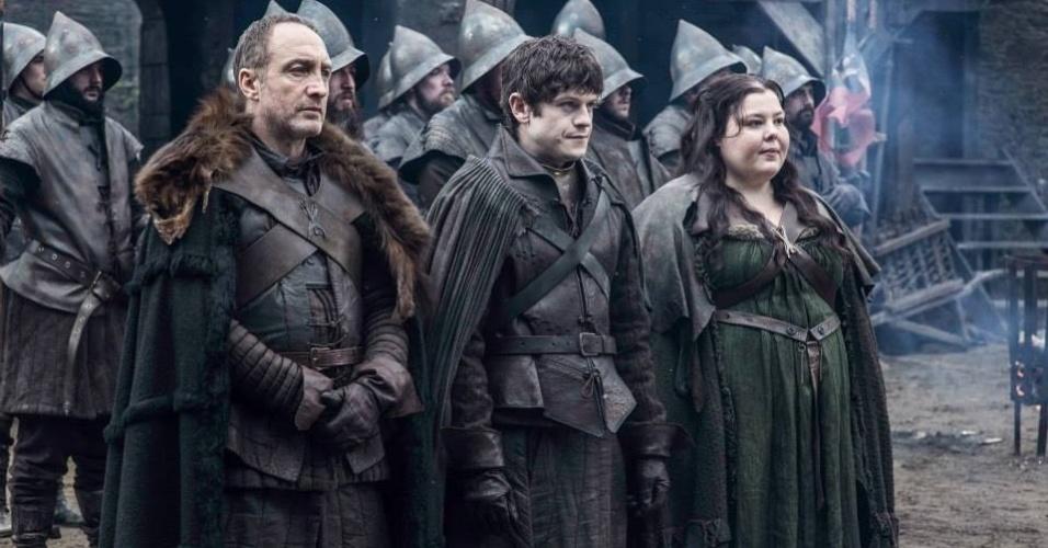 "Michael McElhatton como Roose Bolton, Iwan Rheon como Ramsay Bolton e Elizabeth Webster como Walda Frey na 5ª temporada de ""Game of Thrones"""