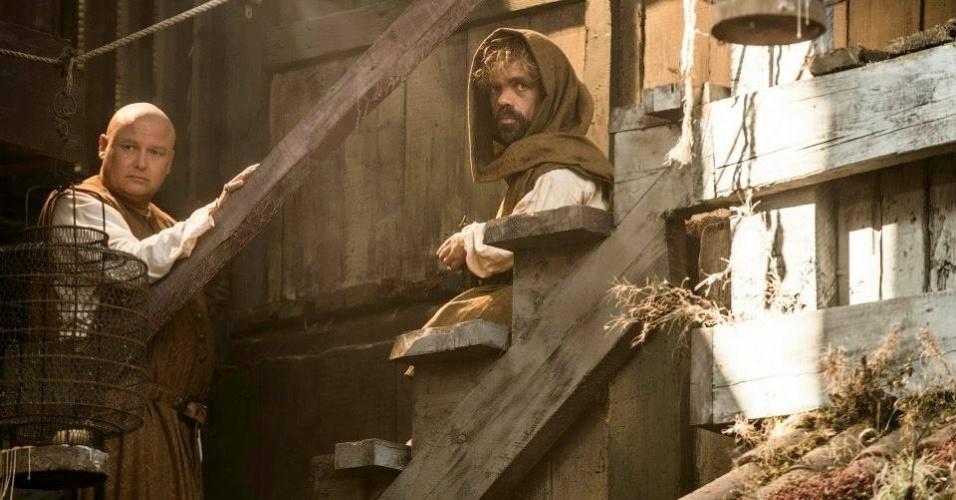 """Na 5ª temporada de """"Game of Thrones"""", Tyrion (Peter Dinklage) aparece barbudo após sair de uma caixa"""