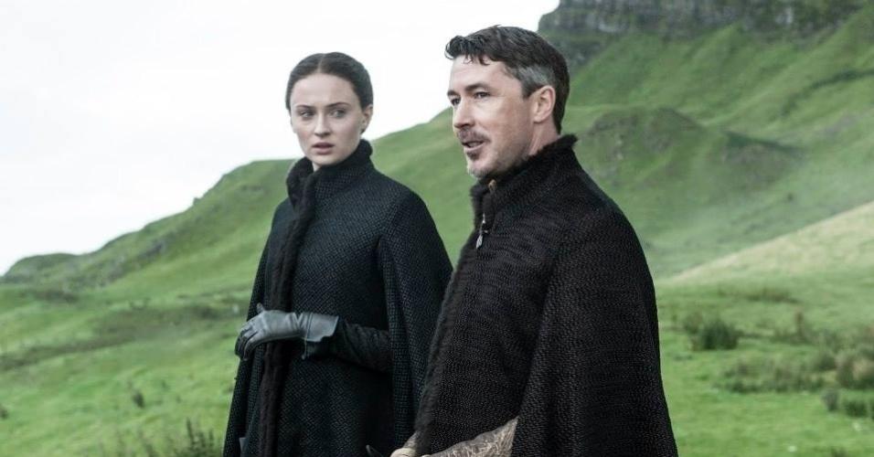 Na 5ª temporada, Mindinho (Aidan Gillen) aparece falando com Sansa (Sophie Turner)