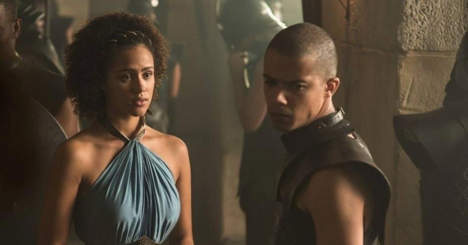 """Nathalie Emmanuel como Missandei e Jacob Anderson como Grey Worm em cena da 5ª de """"Game of Thrones"""", que estreia dia 12 de abril"""