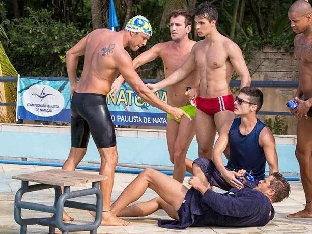 Provocado por César (Alejandro Claveaux), Ricardo (Nando Rodrigues) parte para cima do rival em