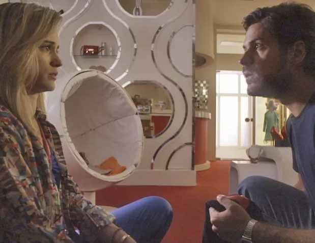 Rafael (Marco Pigossi) não acredita ao ouvir que Vitória (Bianca Bin) é filha de Paulo (Caco Ciocler)