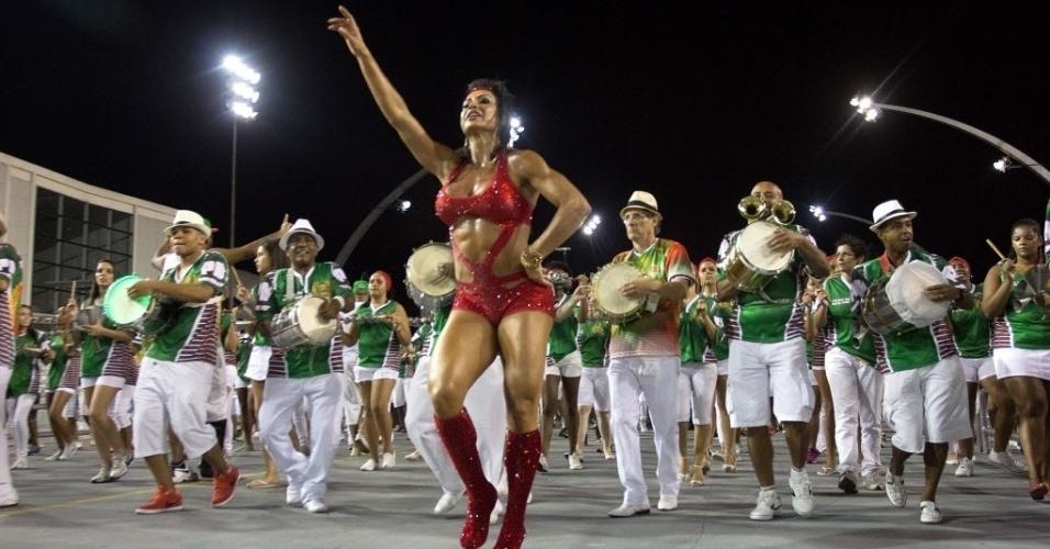 30.jan.2015 - A Rainha da Bateria da X-9 Paulistana, Gracyanne Barbosa, durante ensaio técnico da escola na noite de sexta-feira (30). A modelo exibiu corpão e muito samba no pé.