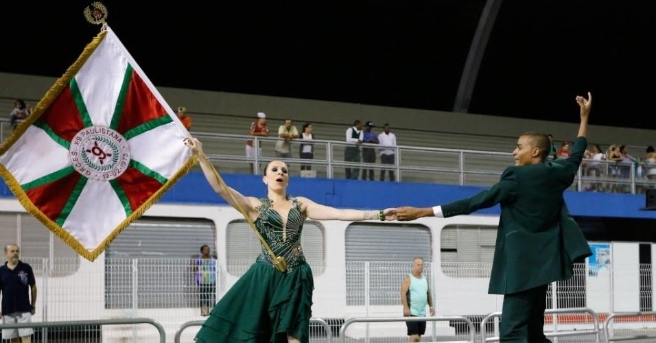 30.jan.2015 - Casal de Mestre-Sala e Porta-Bandeira exibe brasão da X-9 Paulistana, durante ensaio técnico, que foi realizado na noite de sexta-feira (30) no Sambódromo do Anhembi.