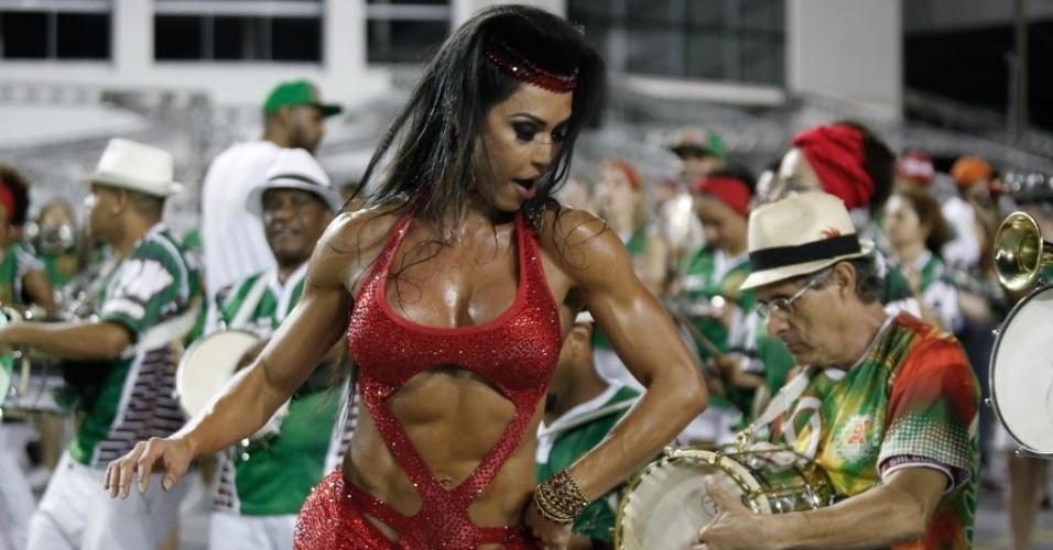 30.jan.2015 - Gracyanne Barbosa, Rainha da Bateria da X-9 Paulistana, mostrou que está em forma durante ensaio técnico da escola, que aconteceu na noite de sexta-feira (30) no Anhembi. O look escolhido deixa à mostra a barriga definida.