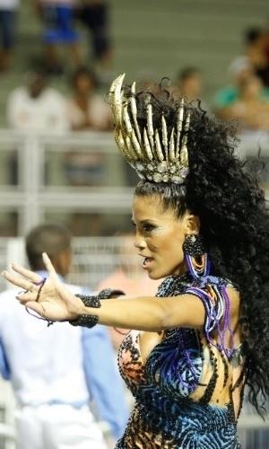 31.jan.2015 - A Rainha da Bateria da Nenê de Vila Matilde, Ariellen Dominicano, usa uma coroa para segurar o cabelão, durante ensaio da técnico da escola na madrugada de sábado (31), realizado no Sambódromo do Anhembi.