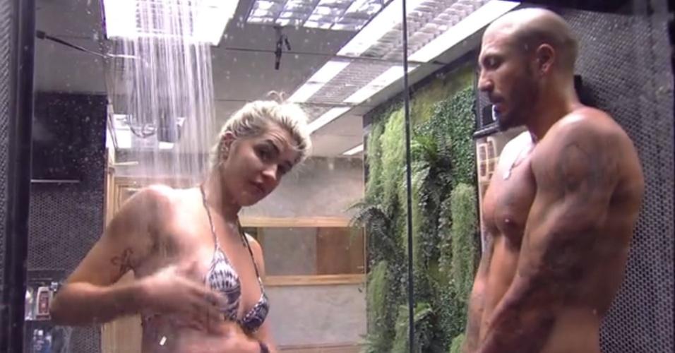 31.jan.2015 - Aline e Fernando tomam banho juntos no