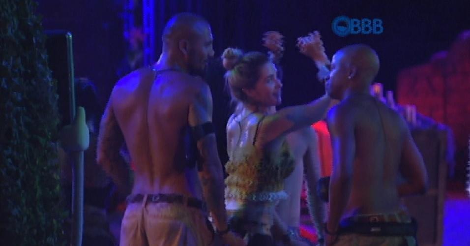 31.jan.2015 - Aline mostra todo seu gingado e rebola na frente de Fernando e Luan
