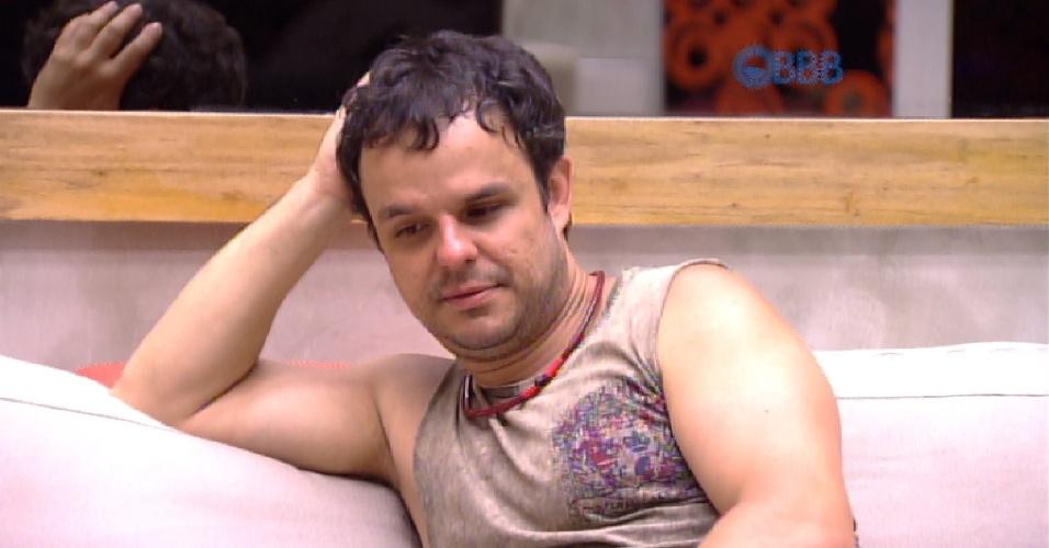 """31.jan.2015 - Após uma conversa com Angélica e Tamires, o poeta Adrilles curte um momento de solidão na casa do """"BBB15"""""""