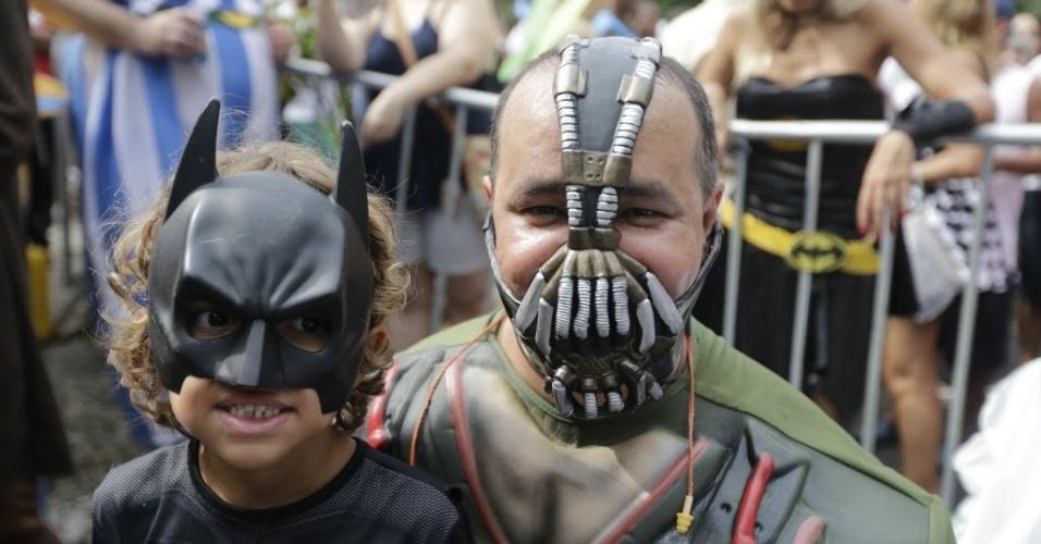 31.jan.2015 - Bane e seu filho Batman posam para foto durante o bloco Desliga da Justiça, que está sendo realizado na Praça Santos Dumont, no Rio de Janeiro.