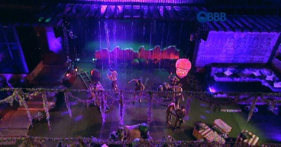 31.jan.2015 - Brothers aproveitam a chuva e fazem muita bagunça na Festa Ruínas do Templo. Mas a farra não dura muito tempo e a direção manda os brothers ficarem na área coberta