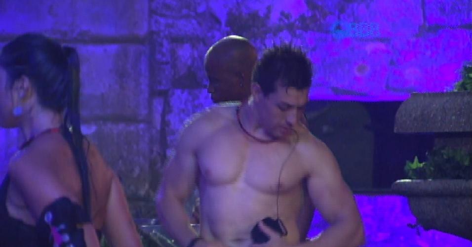 31.jan.2015 - Cézar solta o quadril e dança funk após tomar chuva durante a festa