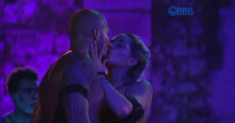 """31.jan.2015 - Fernando se declara para Aline após sete dias do primeiro beijo: """"Eu te amo"""""""