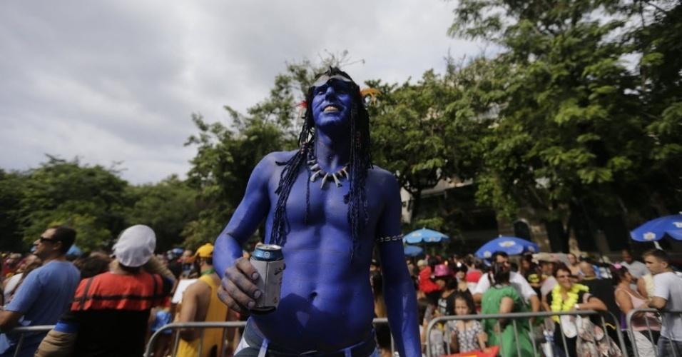 """31.jan.2015 - Folião se fantasia de Na'vi, raça fictícia criada James Cameron para o filme """"Avatar"""", durante o bloco Desliga da Justiça, que acontece na Praça Santos Dumont, no Rio de Janeiro."""