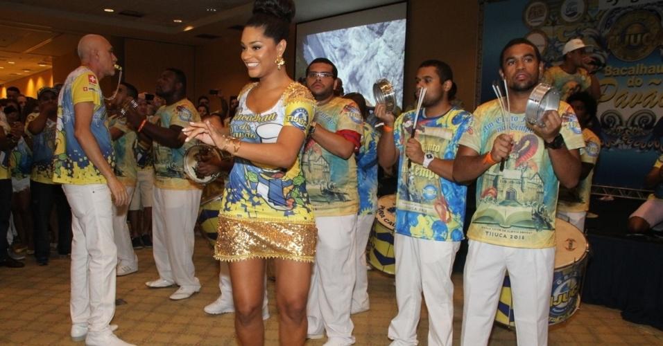 31.jan.2015 - Juliana Alves, Rainha da Bateria da Unidos da Tijuca, exibe pernão durante o tradicional Bacalhau do Pavão, evento realizado na tarde de sábado (31) no Hotel Windsor Barra, no Rio de Janeiro.