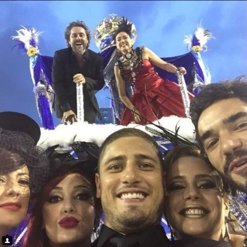 """No carro alegórico, Alexandre Nero e Lília Cabral gravam cenas de """"Império"""" na Sapucaí"""