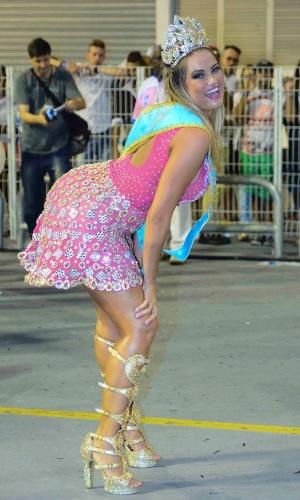 01.fev.2015 - Coroada Rainha da Bateria, Ellen Roche rebolou mostrando suas curvas durante o ensaio técnico da Rosas de Ouro, no Sambódromo do Anhembi.