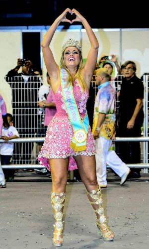 01.fev.2015 - Ellen Roche, Rainha da Bateria da Rosas de Ouro, faz símbolo de coração com as mãos, demonstrando seu afeto pela escola, e pelas festividades do Carnaval.