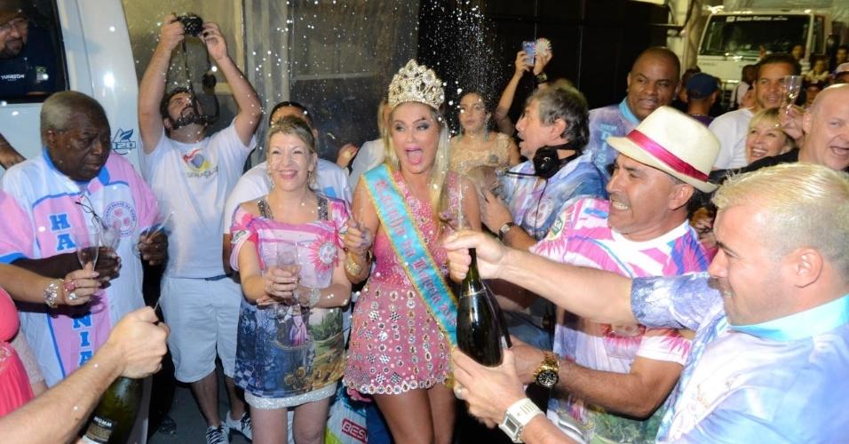 01.fev.2015 - Ellen Roche, Rainha da Bateria da Rosas de Ouro, se assusta com estouro de champagne. O segundo ensaio técnico da escola aconteceu na madrugada de domingo (01), no Anhembi.