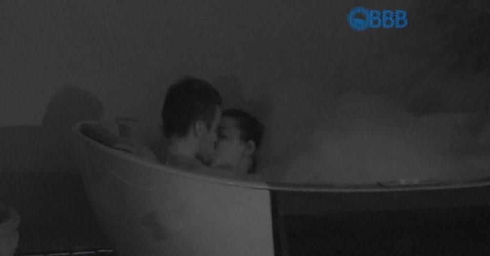 01.fev.2015 - Rafael e Talita trocam beijos na hidromassagem