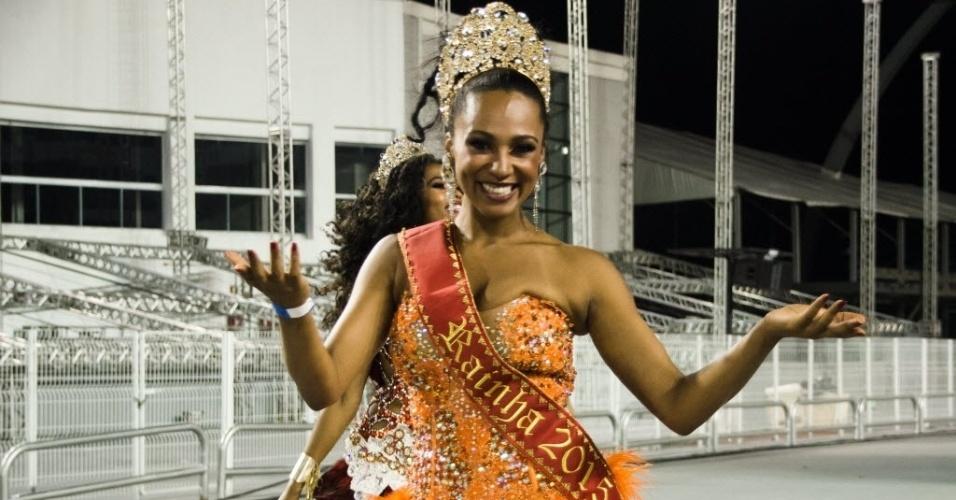 01.fev.2015 - Rainha Aline Oliveira, da Mocidade Alegre, desfila com sorriso durante ensaio técnico da escola, no Anhembi, que aconteceu na madrugada de domingo (01).