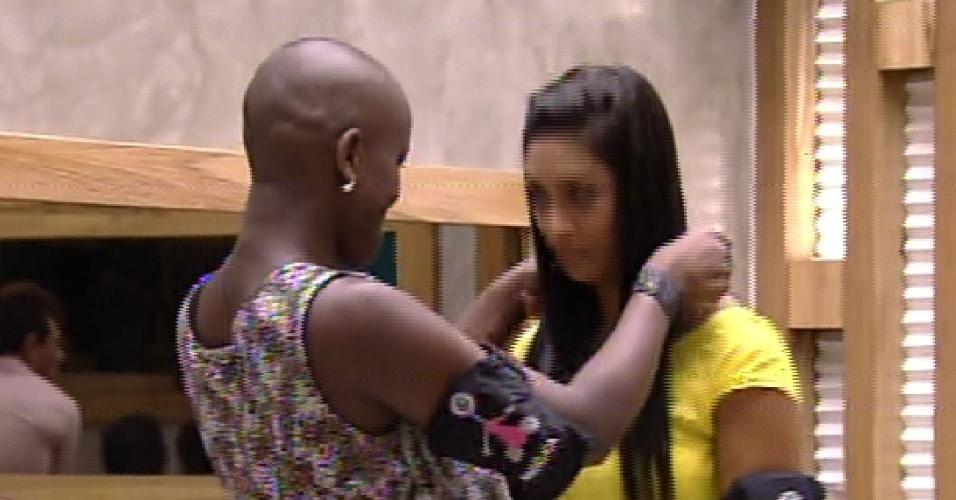 """1.fev.2015 - Angélica dá o colar do anjo para Amanda, que fica imune no segundo paredão do """"BBB15"""""""