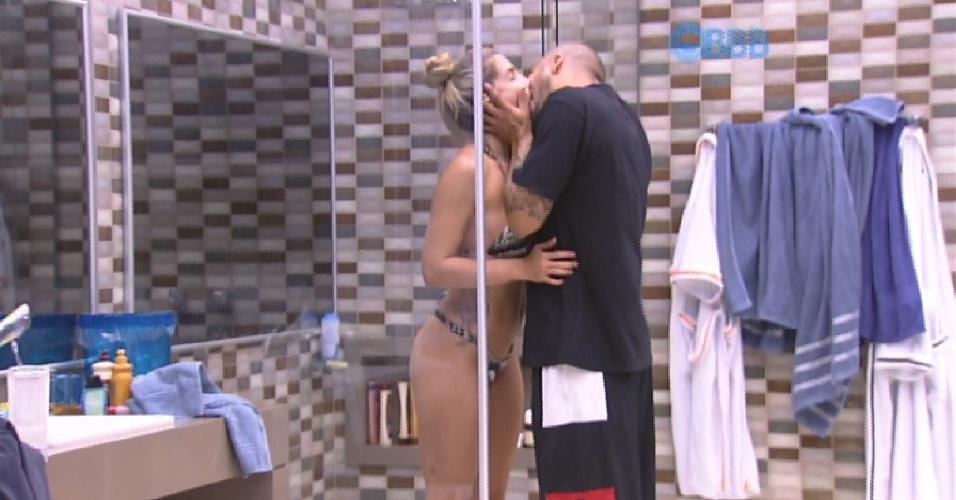 1.fev.2015 - Fernando e Aline dão beijão após a prova da comida, antes de a sister tomar banho