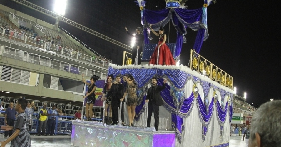 """31.jan.2015 - Com o enredo """"Homem de Preto em Terra de Brilhantes"""", a escola de Samba União de Santa Teresa homenageia o Comendador (Alexandre Nero), que aparece para todos após sua """"morte"""""""