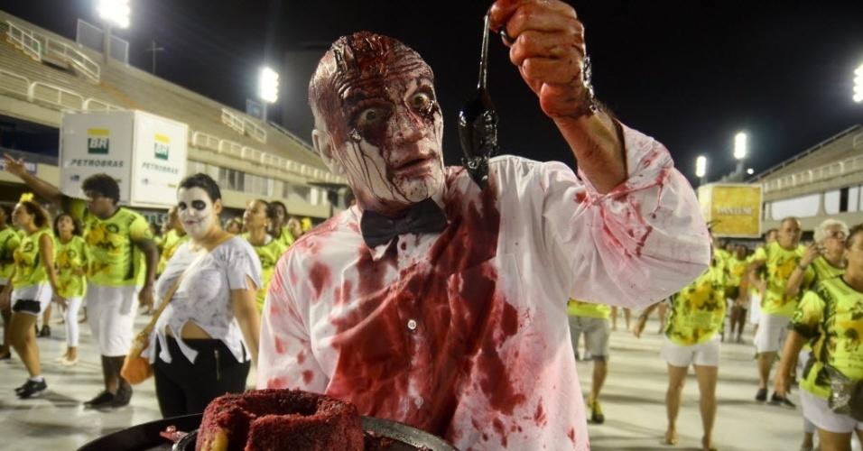 31.jan.2015 - Fantasias sinistras e fantasmagóricas fizeram parte do desfile da São Clemente na noite de sábado (31), durante ensaio técnico.