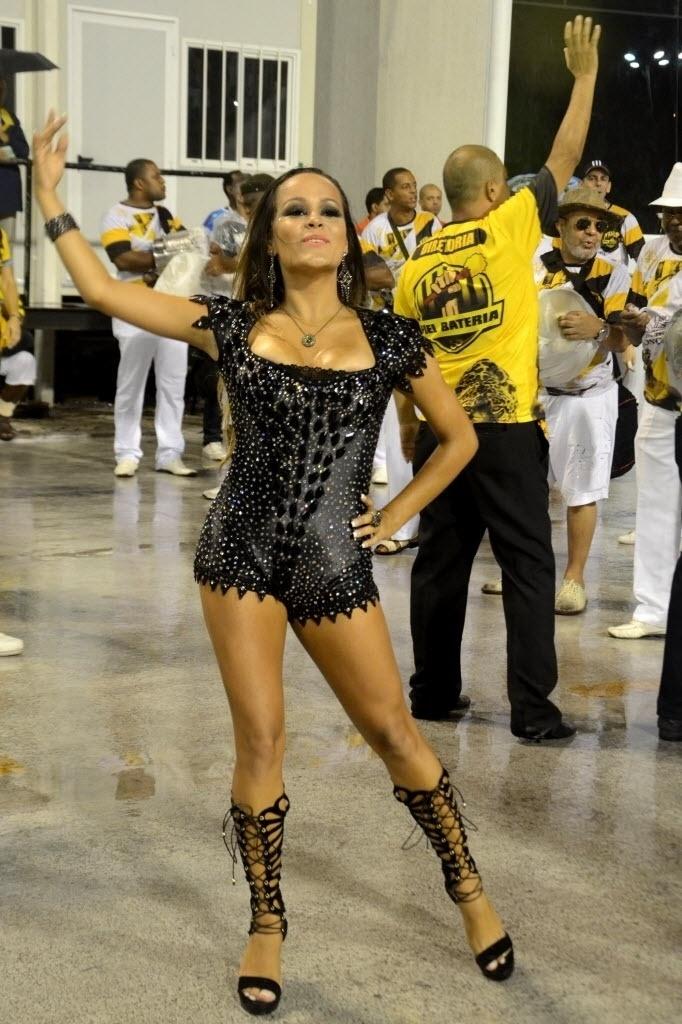 31.jan.2015 - Rainha Raphaela Gomes samba à frente de bateria da São Clemente, em ensaio técnico que aconteceu na noite de sábado (31) no sambódromo carioca. A jovem assumiu o posto ano passado, quando tinha apenas 15 anos.