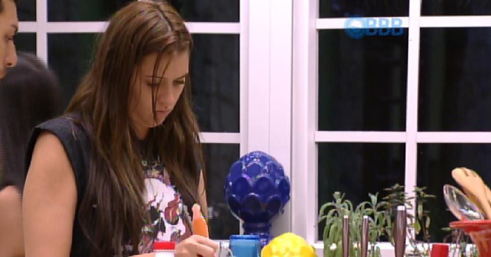 2.fev.2015 - Cézar ensina Tamires a como fazer um bolo