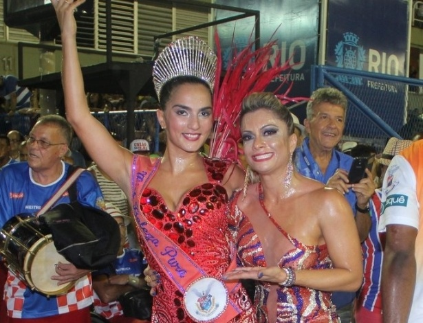 1.fev.2015 - A rainha de bateria da União da Ilha Bruna Bruno abraça a musa da escola Dani Sperle durante ensaio técnico na Sapucaí