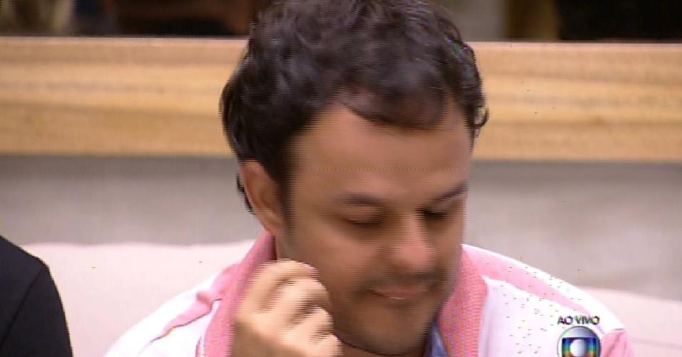 1.fev.2015 - Adrilles descobre que está emparedado, ao lado de Douglas, que foi escolhido pelo líder Rafael