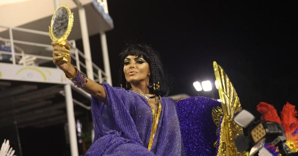 1.fev.2015 - Carla Prata conta ter gasto R$ 25 mil na confecção da fantasia de Cléopatra. A beldade foi carregada por três homens durante ensaio da escola na Sapucaí