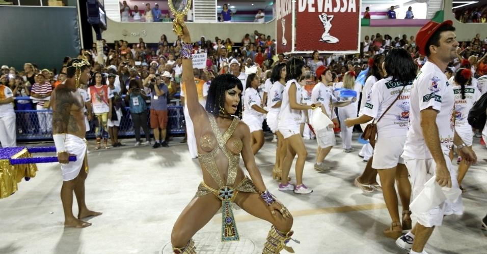 1.fev.2015 - Com peruca, Carla Prata incorporou Cleópatra no ensaio da União da Ilha. A maquiagem da beldade deixou ainda mais em evidência os olhos azuis