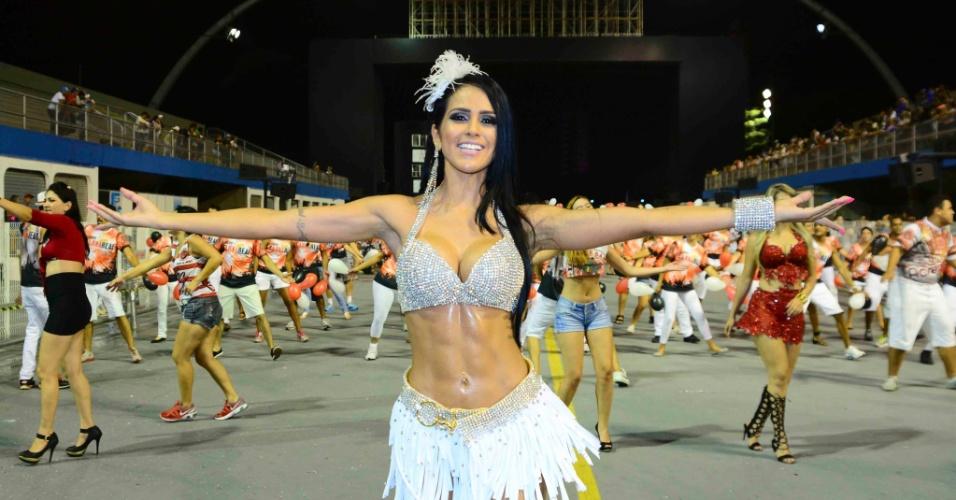 1°.fev.2015 - Dai Macedo, a Miss Bumbum, aposta em branco e muito brilho para ensaio técnico da Dragões da Real, em São Paulo
