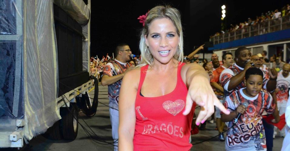1°.fev.2015 - Monica Apor desfila com roupa comportada durante desfile da Dragões da Real, em São Paulo