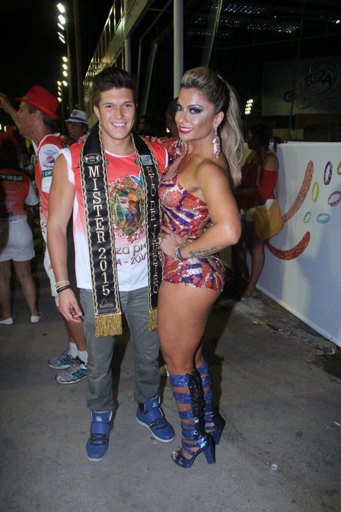 1.fev.2015 - Musa da escola, Dani Sperle posa com Gabriel Mandergan, Mister Universo do Rio de Janeiro