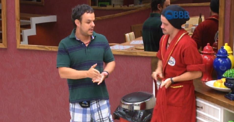 2.fev.2015 - Adrilles, que é um dos emparedados da semana ao lado de Douglas, pediu para falar com o líder Rafael, na manhã desta segunda-feira