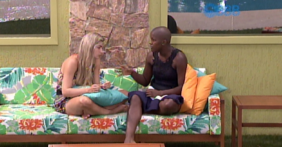 2.fev.2015 - Angélica e Aline conversam na área externa da casa
