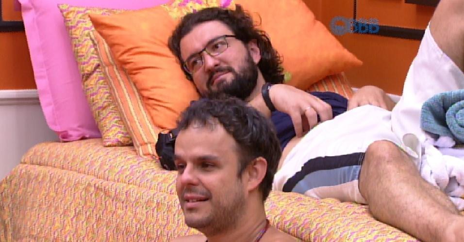 2.fev.2015 - Enquanto conversam no quarto laranja, Adrilles pergunta para os brothers o que eles fariam com o R$ 1,5 milhão de prêmio do programa