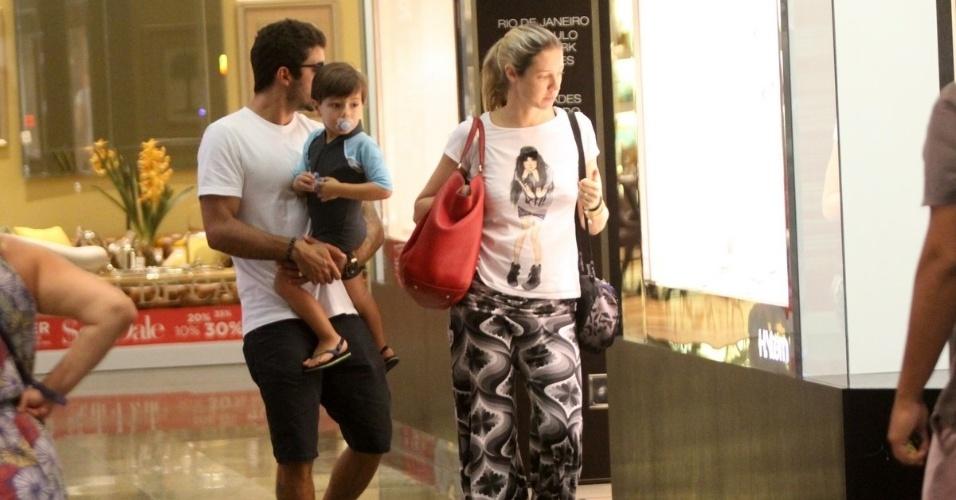 2.fev.2015 - Luana Piovani curtiu a segunda-feira em família: acompanhada do marido, Pedro Scooby, e do filho, Dom, a atriz passeou em um shopping na Barra da Tijuca, no Rio